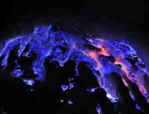 """印尼""""蓝色火山""""喷发 大自然的神奇与美丽相结合"""