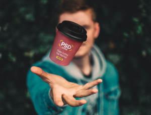 悬浮在手中的咖啡杯PSD样机模板素材免费下载