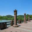免费商用照片!河畔边走廊、春天湖边风景照片(免费商用照片下载,6240X4160 像素)