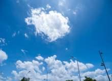 马路上空的蓝天背景照片 – 免费正版图库