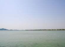 蓝天碧绿湖面4K照片下载 – 无限制商用