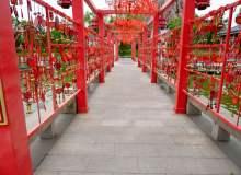 红色祈福走廊背景照片下载