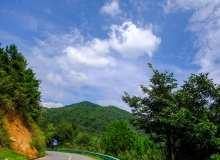 中国盘山公路上的风景照片