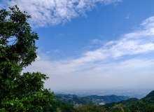 山上俯视图蓝天背景照片