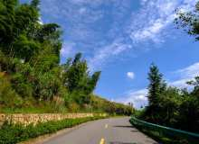蓝天下的公路背景照片