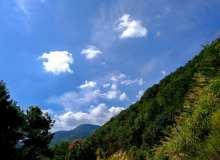晴朗的天空与大山背景图片