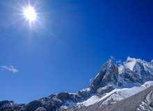 阳光下的高山、雪山背景照片 – 免费商用许可