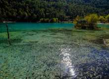 丽江蓝月谷翠绿湖面高清照片下载